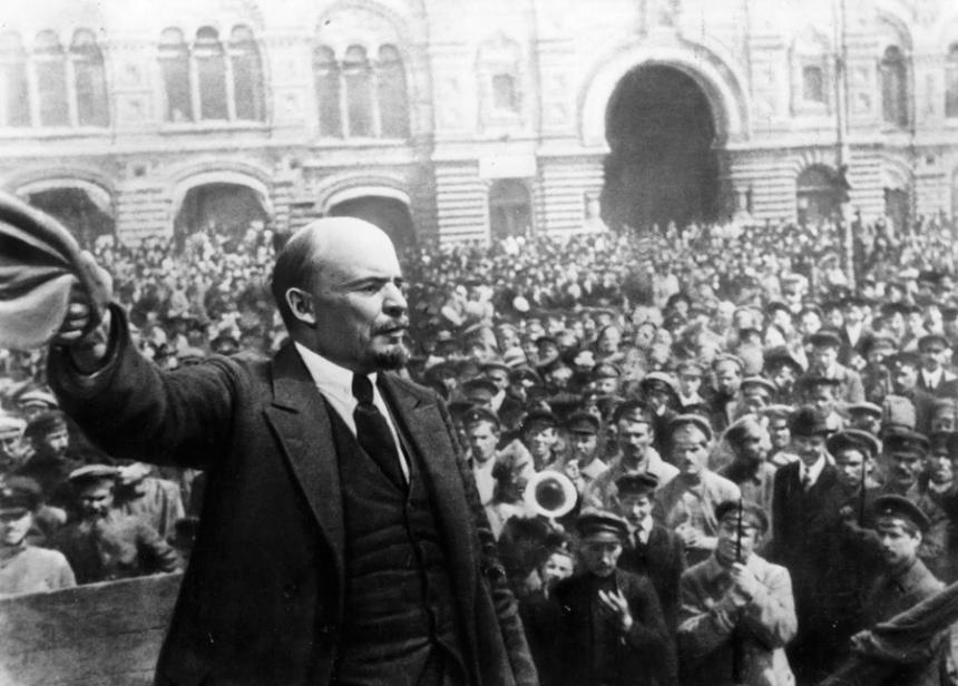 Una multitudinaria marcha de comunistas avanza en Moscú