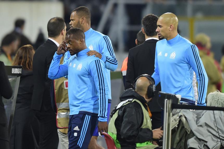 Evra abandona al Marsella tras propinar brutal patada a fanático