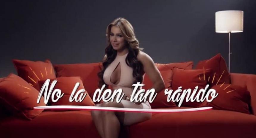 Esperanza Gómez sorprende con pícaro consejo en campaña de Netflix
