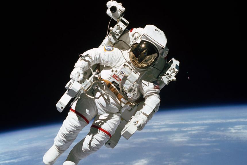 Astronauta Flotando En El Espacio Exterior: Fallece El Primer Astronauta Que Flotó Libremente En El