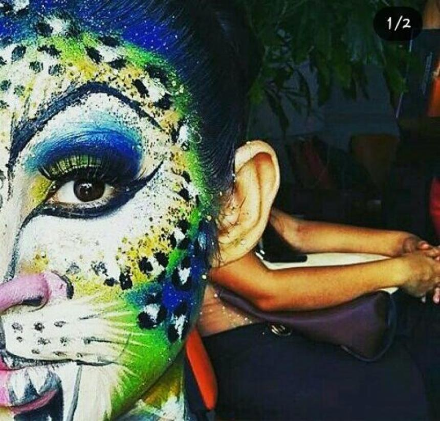 deb1b2b5e Maquillaje carioca de fantasía en tonos azules y verdes con detalles en  escarcha.