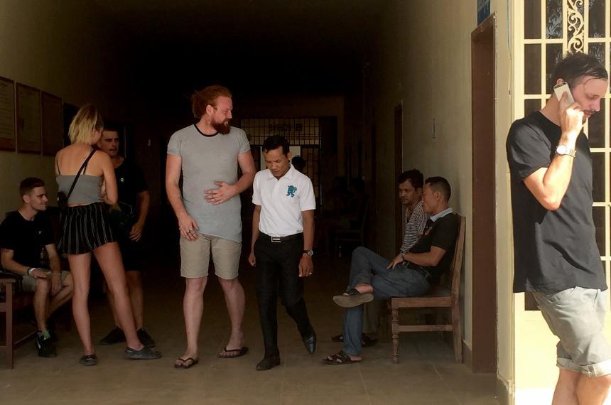 FOTOS: Turistas son arrestados en Camboya por