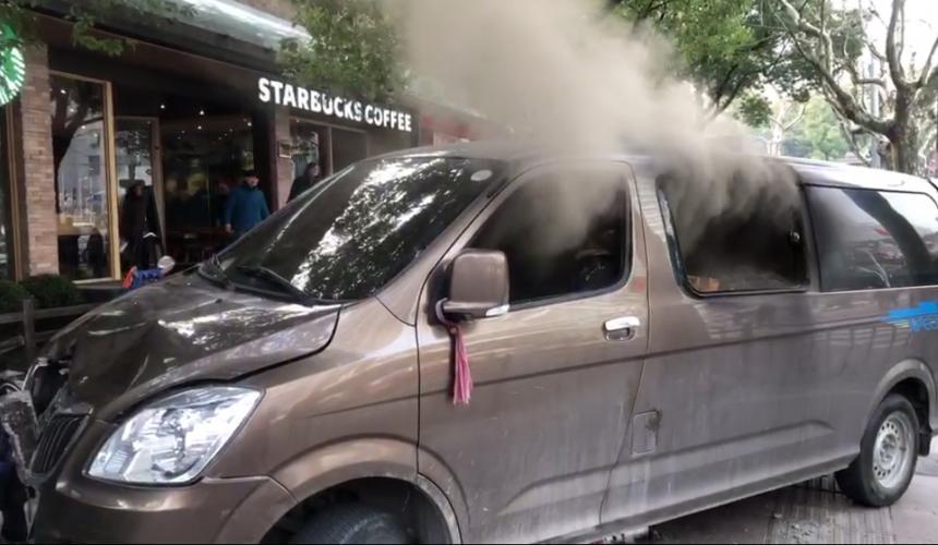 Una furgoneta embiste a peatones en Shanghái