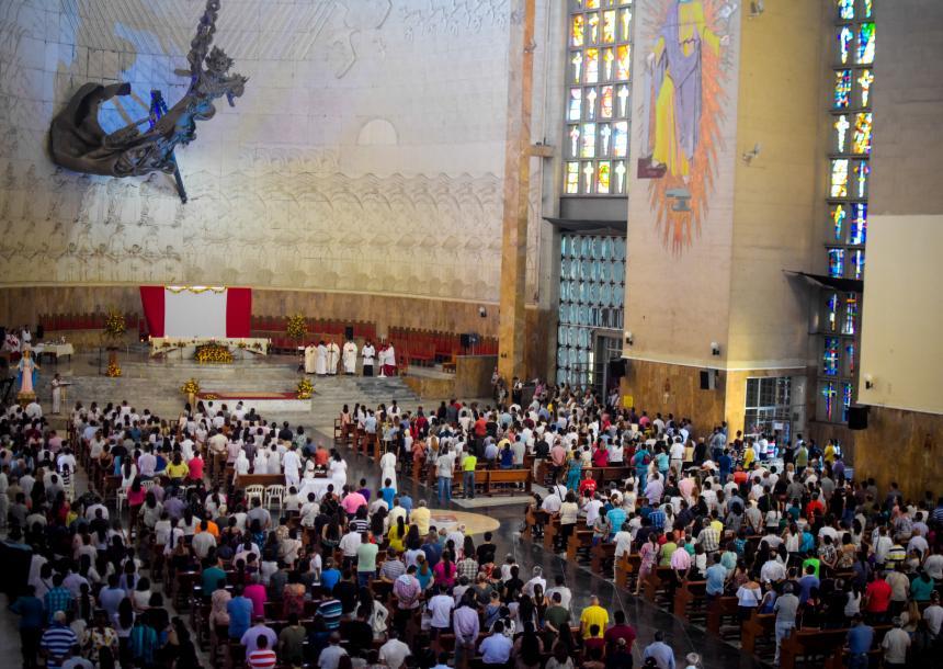 La Catedral apagó sus luces: Inicia la Vigilia Pascual