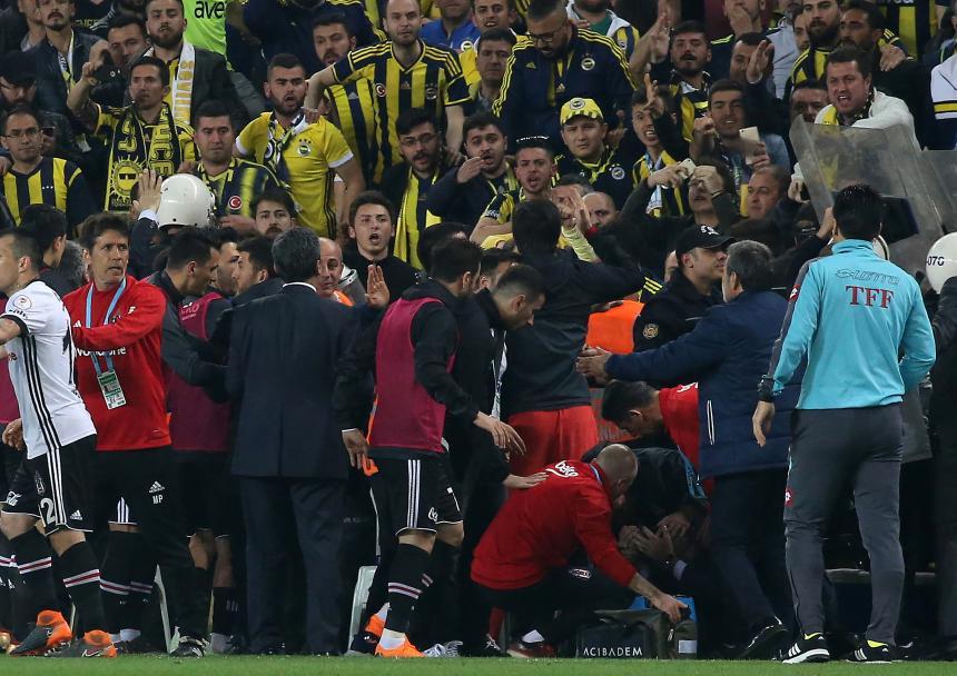 Agresión al DT del Besiktas obliga a suspender el partido ante Fenerbahçe