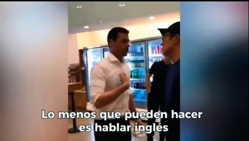 ¡Escándalo! Sujeto se quejó porque comensales y empleados hablan español