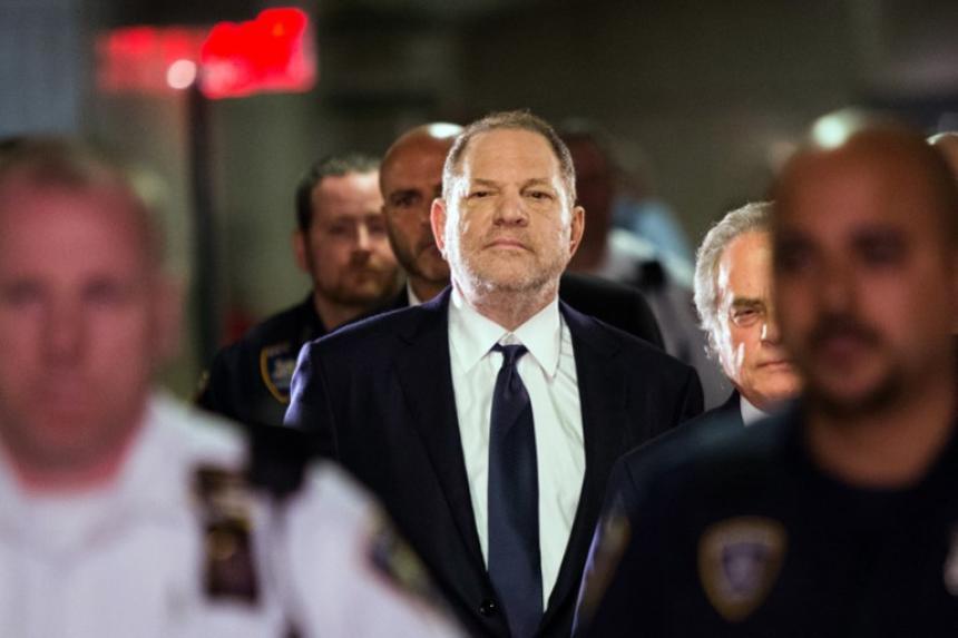 Acusan a Harvey Weinstein de forzar sexualmente a una tercera mujer