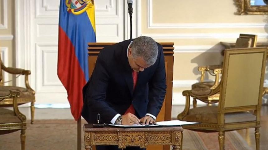 Presidente Ivan Duque firma decreto que prohíbe la dosis mínima