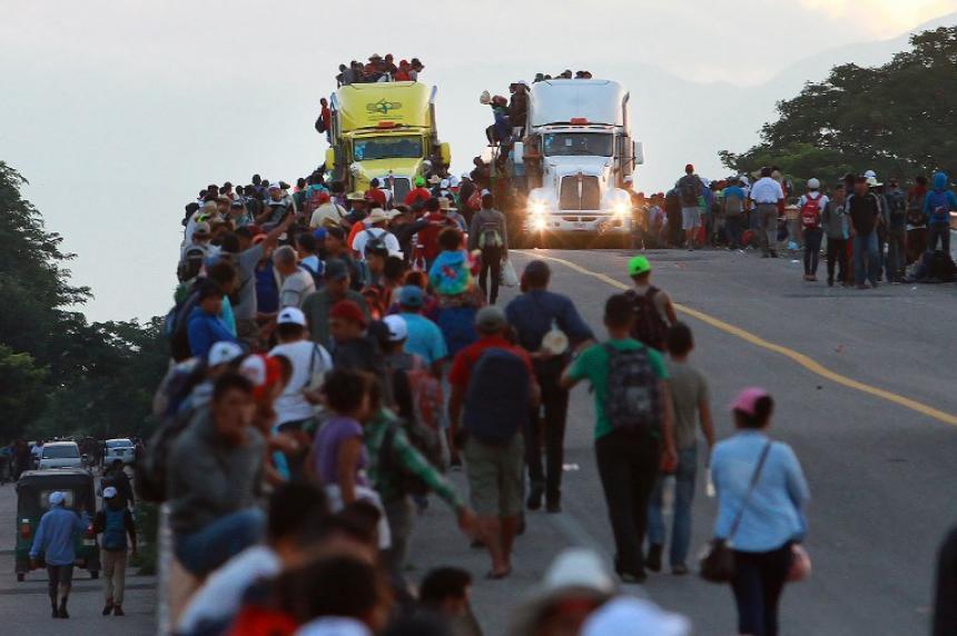 Secuestran camión con migrantes en Veracruz; matan a una mujer