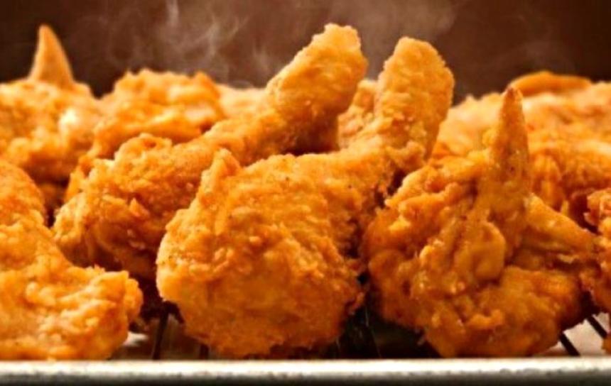 Arrestan a joven que fingió ser inspector para comer gratis en KFC