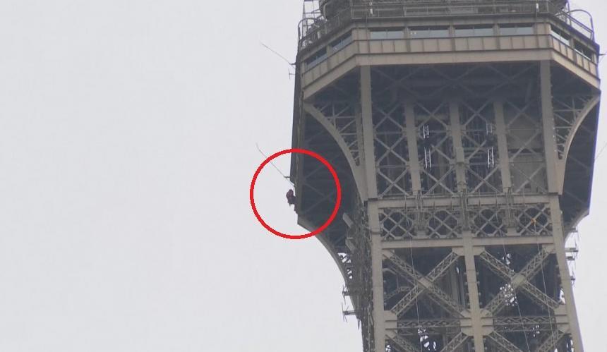 Evacúan la Torre Eiffel tras descubrir a un hombre escalándola