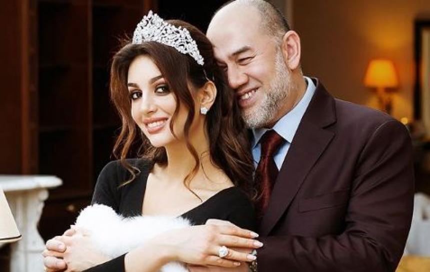 Exrey se divorcia de Miss Moscú; dejó el trono por ella