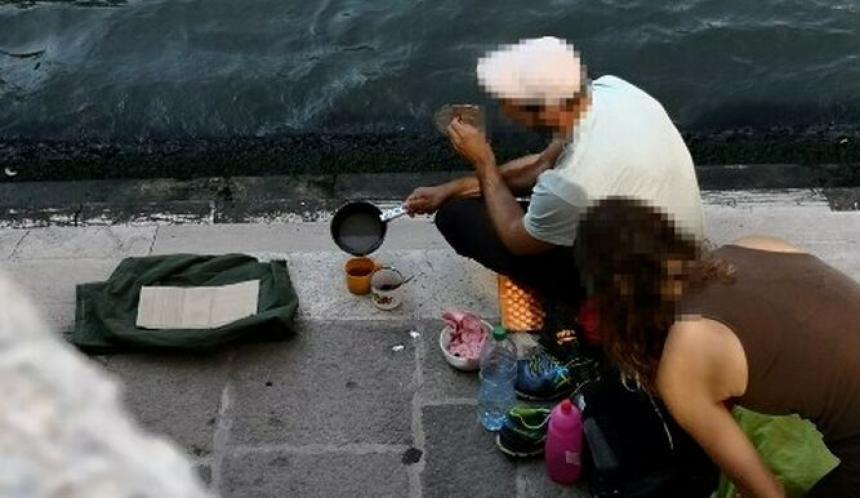 Dos turistas son expulsados de Venecia ¡por preparar café en la calle!