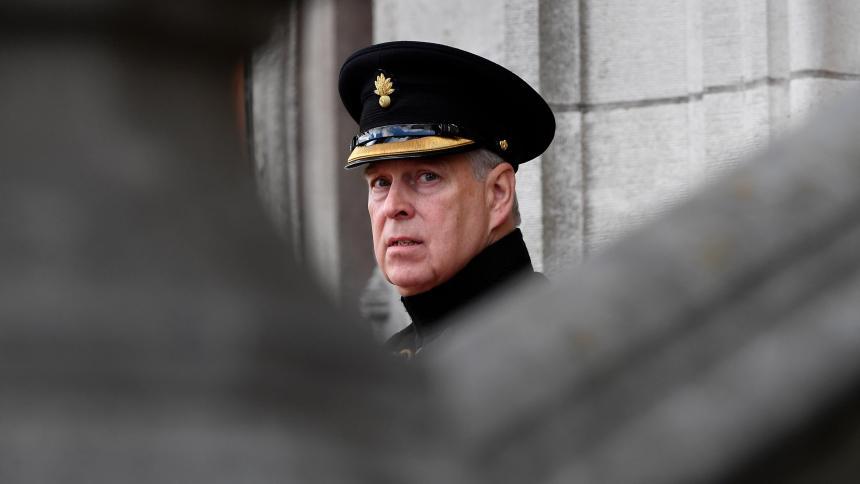 Príncipe Andrés de Inglaterra abandona sus funciones, tras escándalo