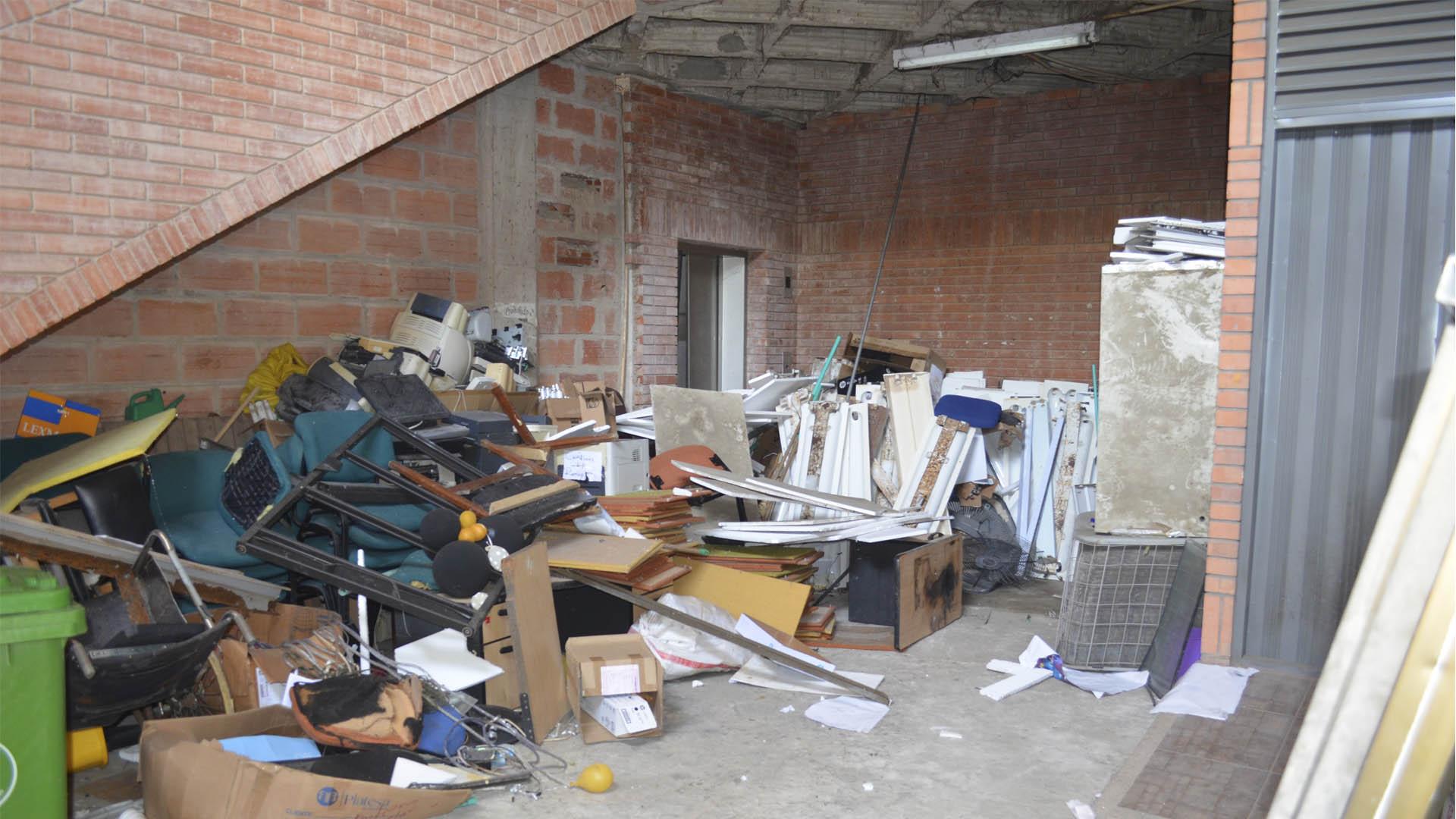 Este 'cuarto de san Alejo' está en el sótano y es paso obligado para quienes llegan en carro.