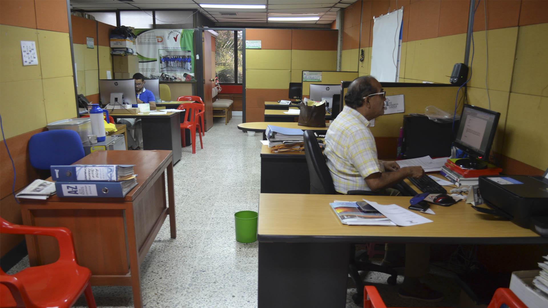 En esta oficina de educación hay 12 empleados sin el mobiliario adecuado.