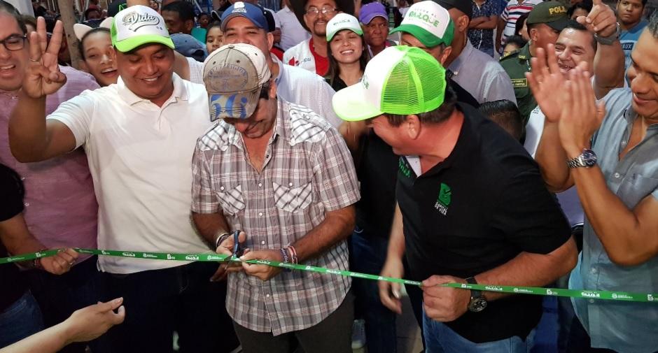 El alcalde Alejandro Char fue el encargado de cortar la cinta. Lo acompaña el gerente de la Agencia Distrital de Infraestructura, Alberto Salah.