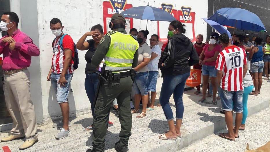 Policías entregan tapabocas afuera de supermercados | El Heraldo