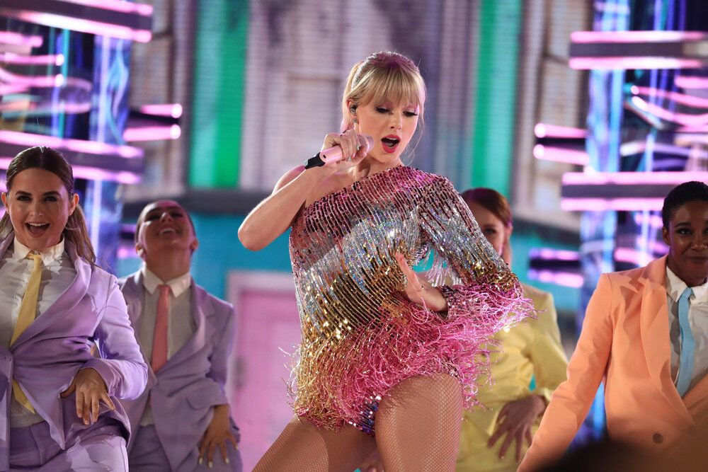 Taylor Swift, quien le sigue los pasos a Drake en número de galardones, en medio de su presentación.