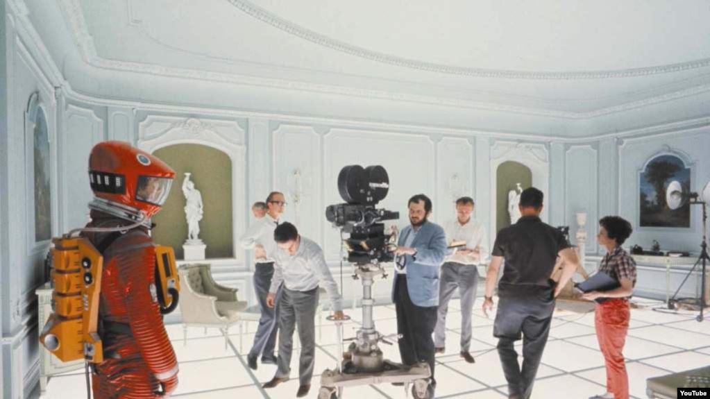 El director Stanley Kubrick con el equipo de producción y actores de 2001: A space odissey.
