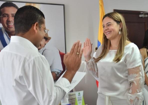 Johana Natalí Daza Mestre cuando asumía ante el alcalde Augusto Ramírez.