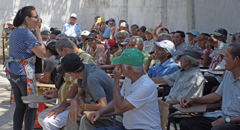 Raquel Díaz Suárez, de 56 años, voluntaria de Sendero de Paz, dialoga con los abuelitos antes del almuerzo.
