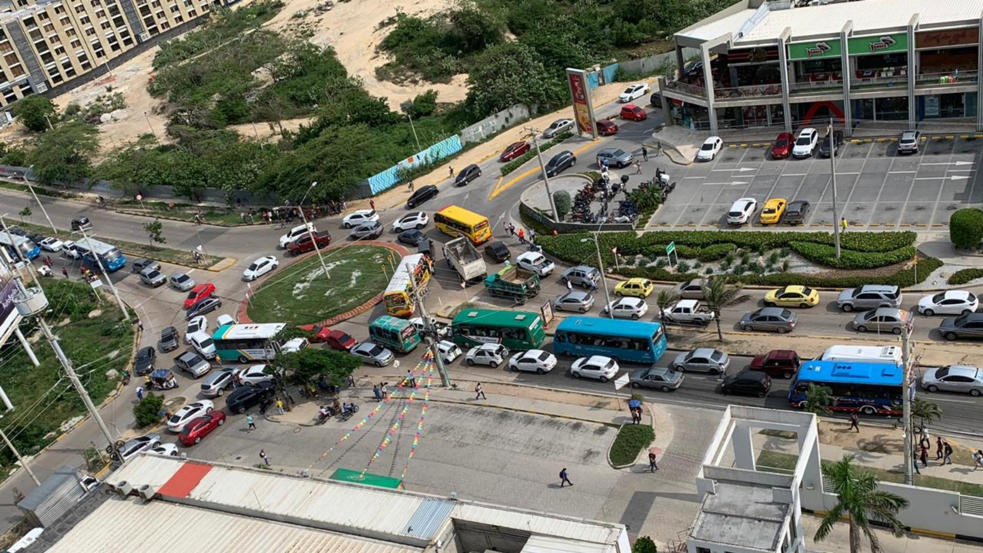 Filas de carros, buses y motos en contravía hacia las dos de la tarde en el Corredor Universitario.