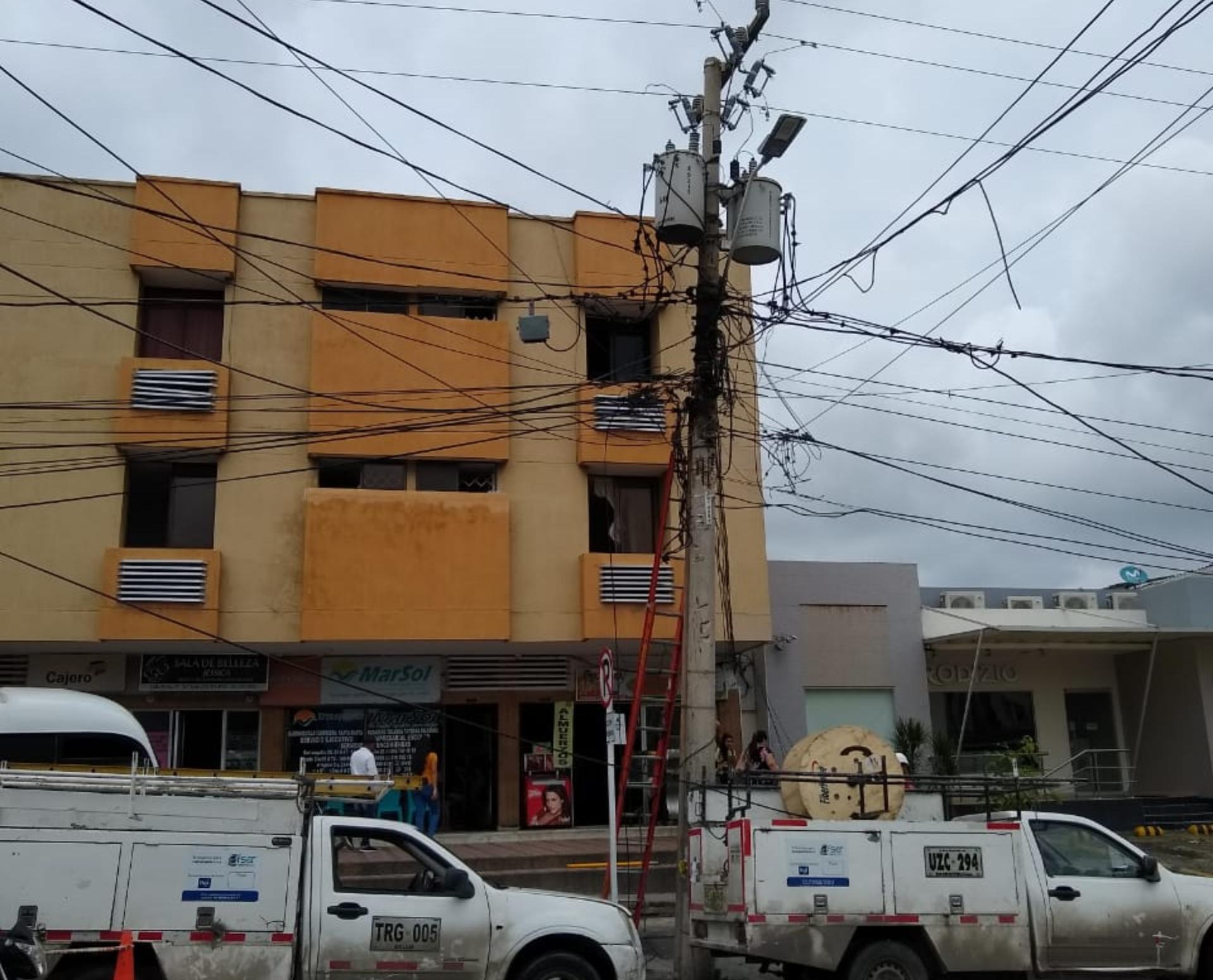 Cuadrilla Electricaribe realiza el arreglo de las acometidas.