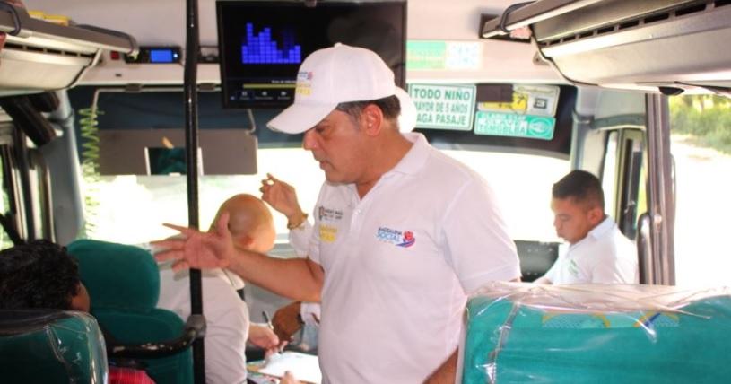 Rafael Castañeda habla con usuarios de transporte intermunicipal.