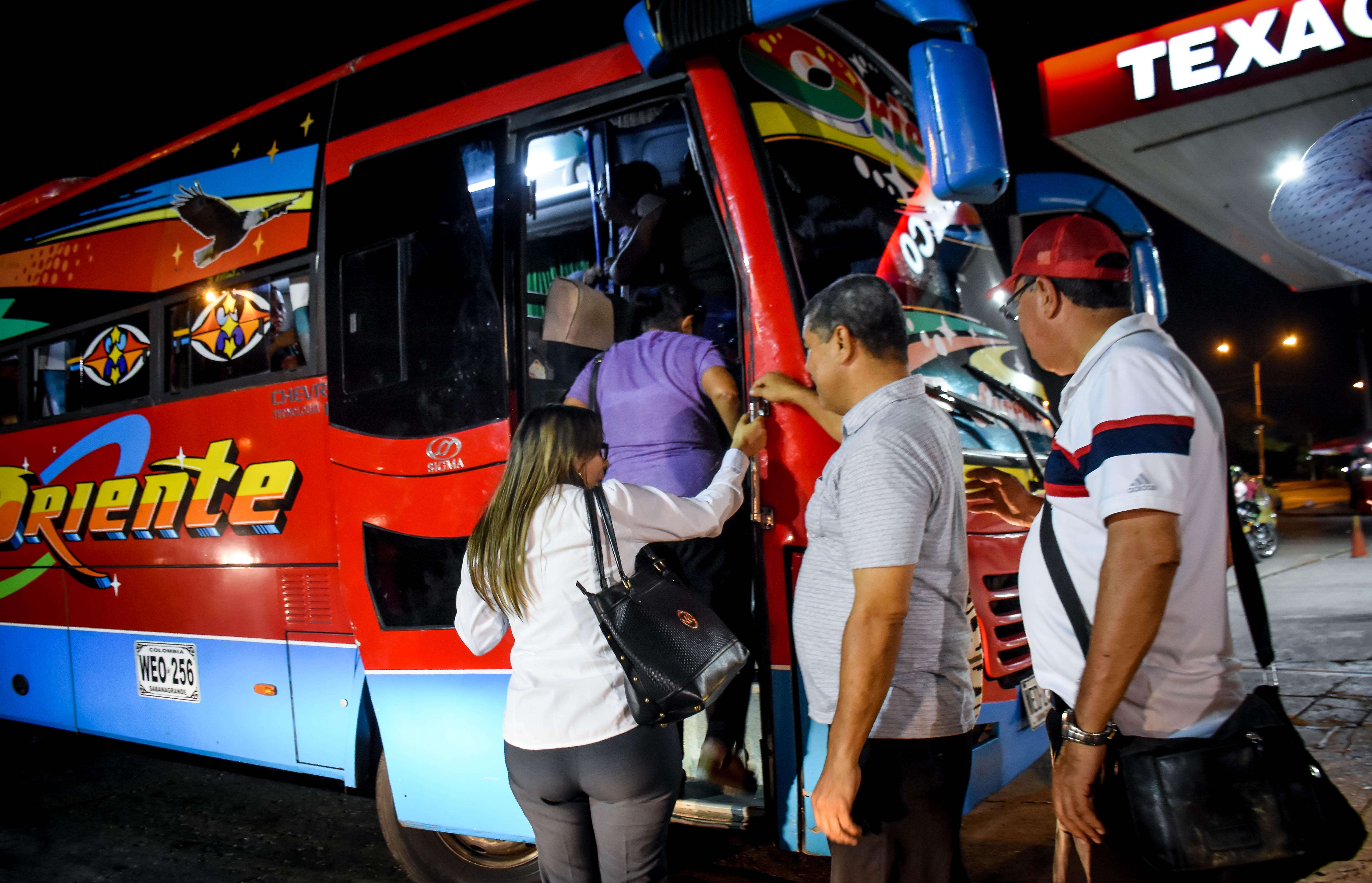 Al llegar el automotor, este se llena de inmediato y los pasajeros se tienen que ir hasta de pie.