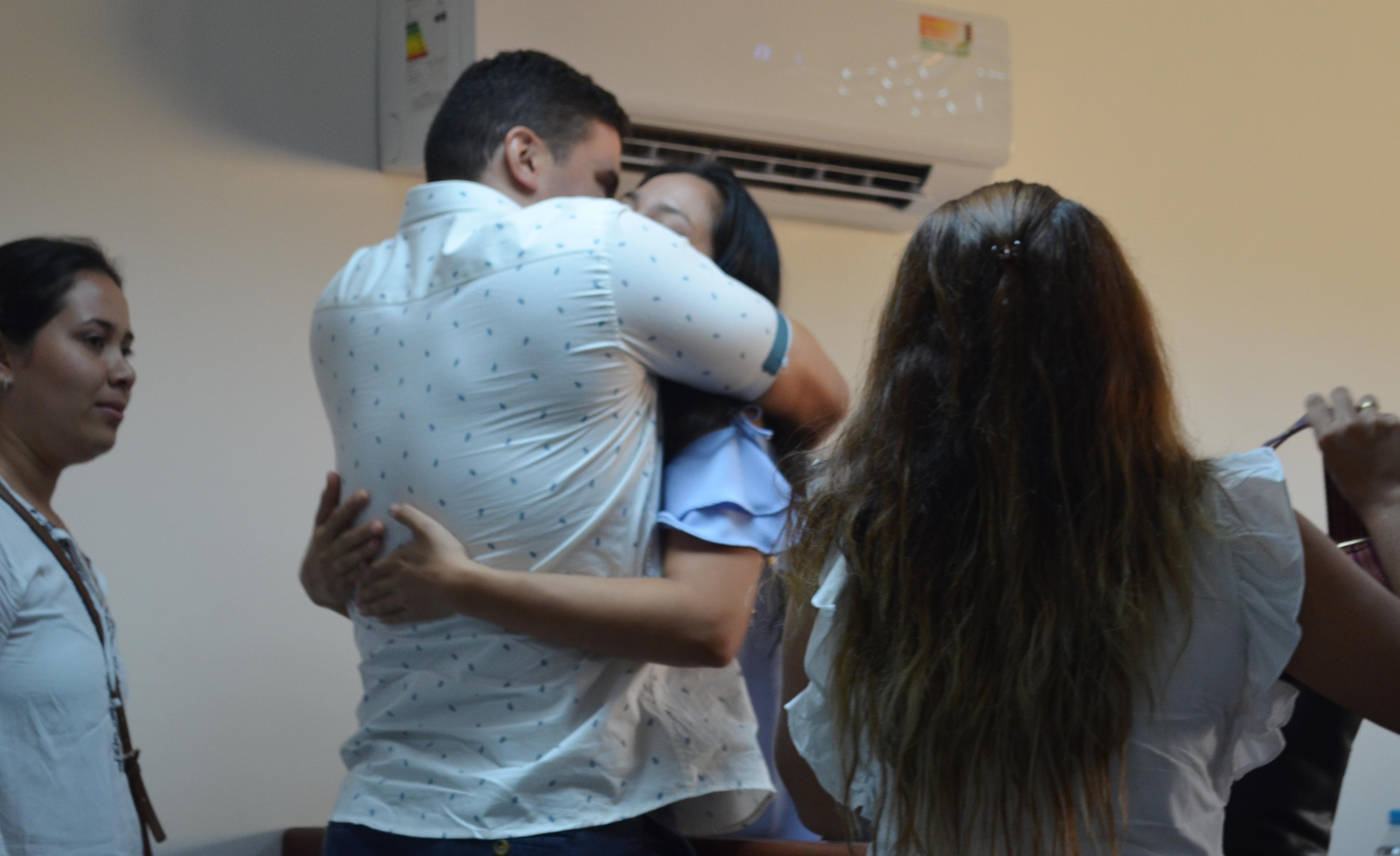 Tras conocer la decisión de la libertad la médico celebró con abrazos con sus familiares.