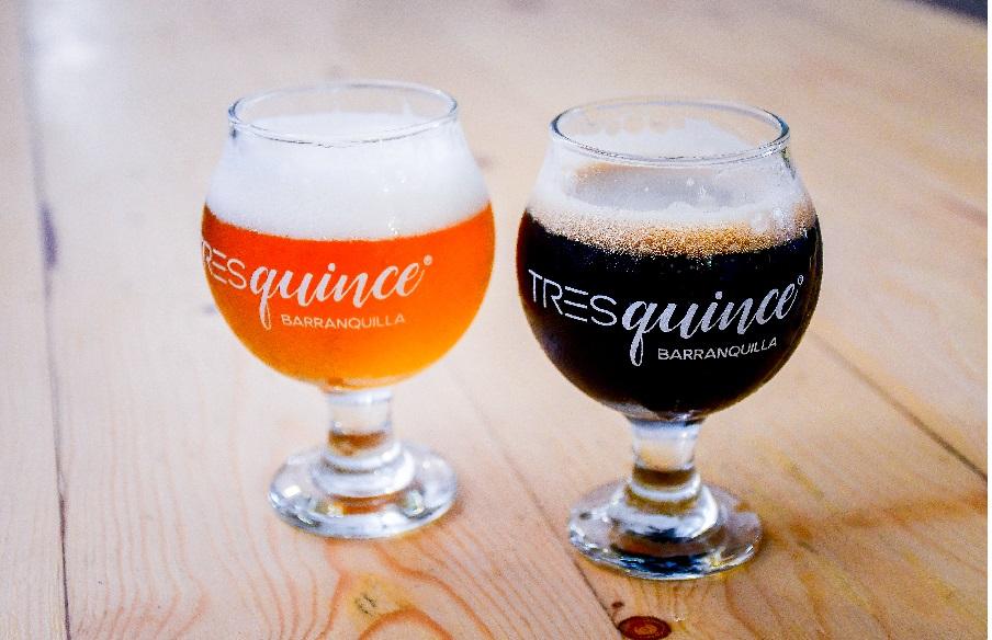 Dos de las cervezas que ofrece cervecería Tresquince: Ipa Playa y Centurión de la noche.