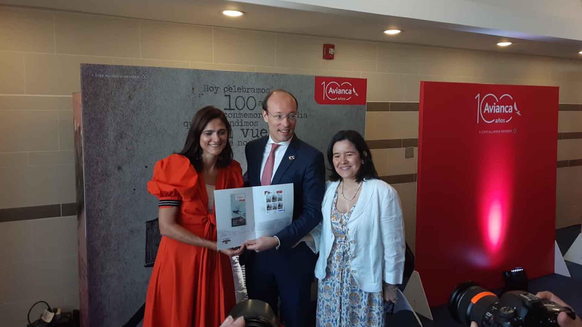Ministra de Transporte, Ángela María Orozco (vestido rojo), en compañía del presidente de Avianca, Anko van Der Werff y la ministra de las Tics, Sylvia Constaín.