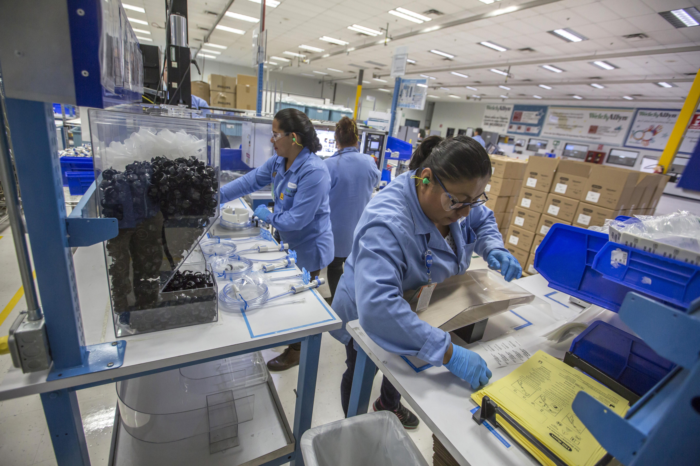 Trabajadores empacan productos médicos en una fábrica en la ciudad fronteriza mexicana de Tijuana