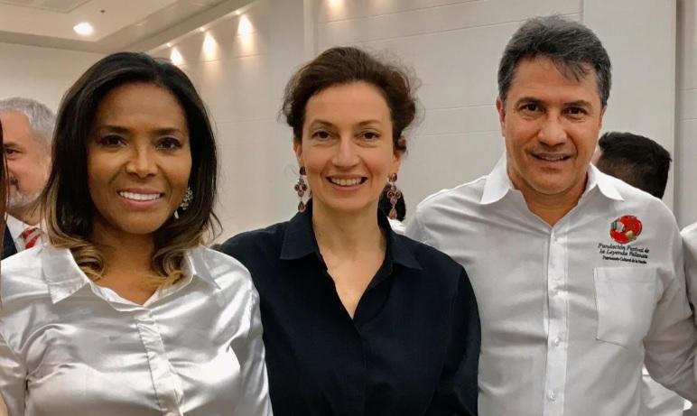 La ministra de Cultura, Carmen Vásquez, y el presidente de la Fundación Festival de la Leyenda Vallenata, Rodolfo Molina, acompañan a la directora de la Unesco, Audrey Azoulay.