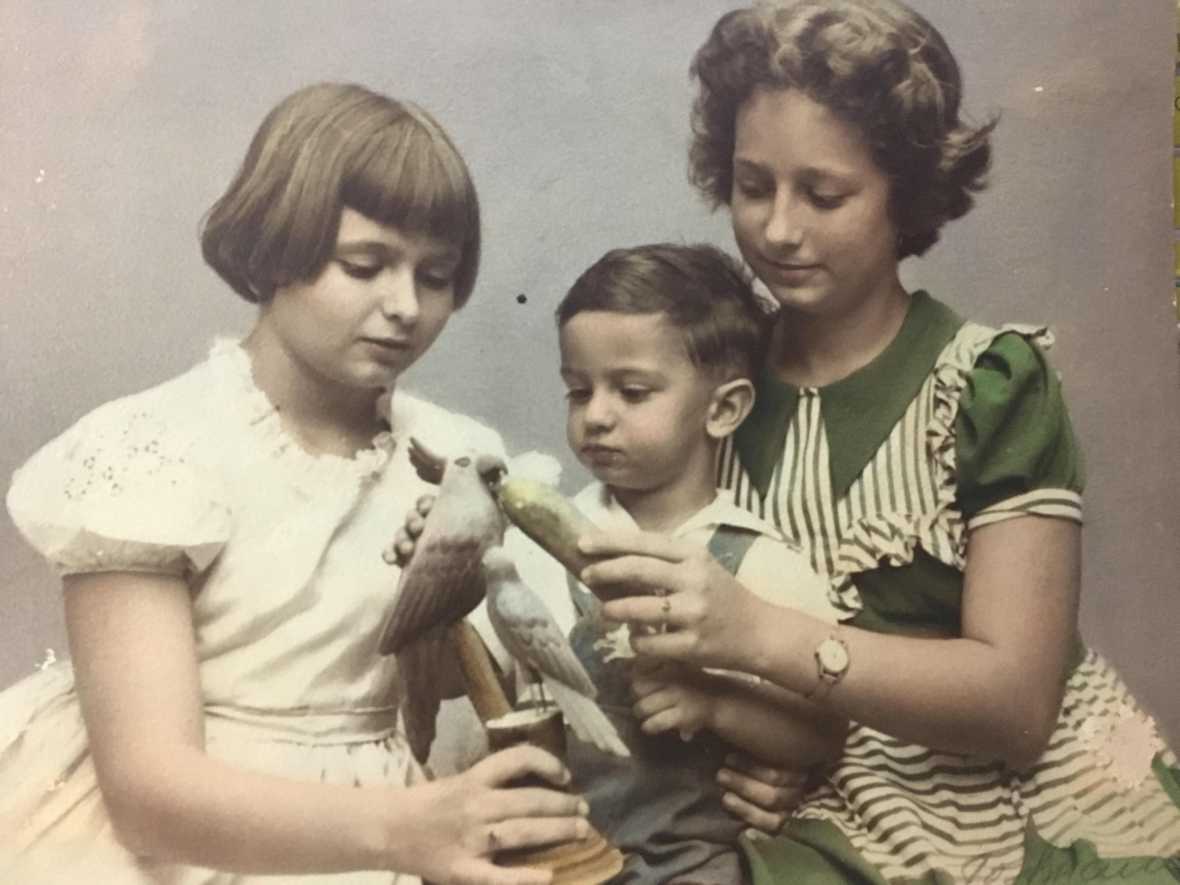 Los hermanos Dolores, Rosendo (Ponci) y Rosa, en los años 50.