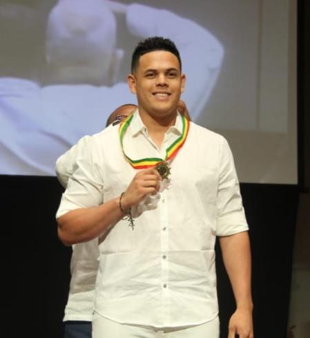 El grandes ligas Giovanny Urshela con la medalla que le entregó la Alcaldía de Cartagena.