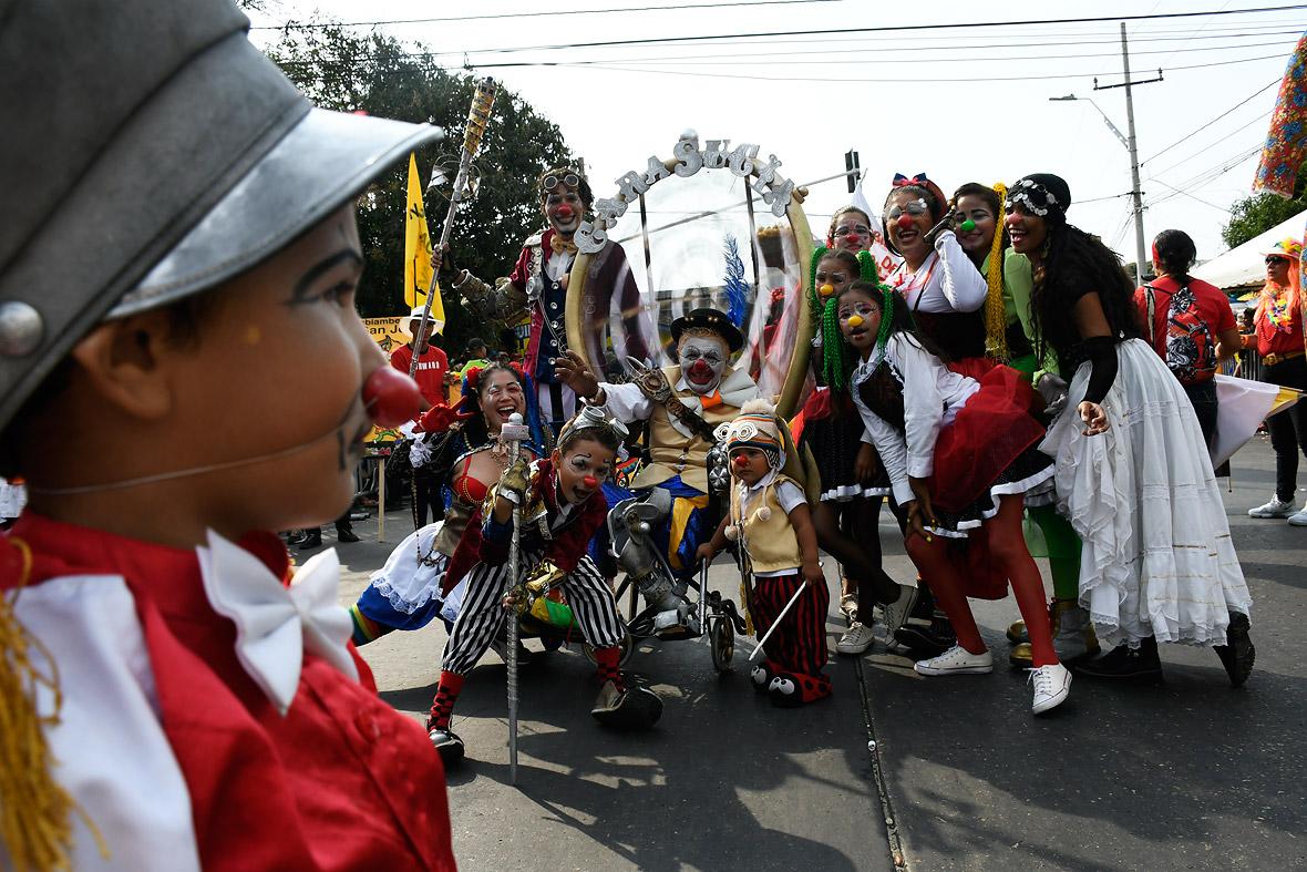 José Herrera, el payaso Cara Sucia, posa junto con su familia en el desfile, celebrado ayer en la ciudad.