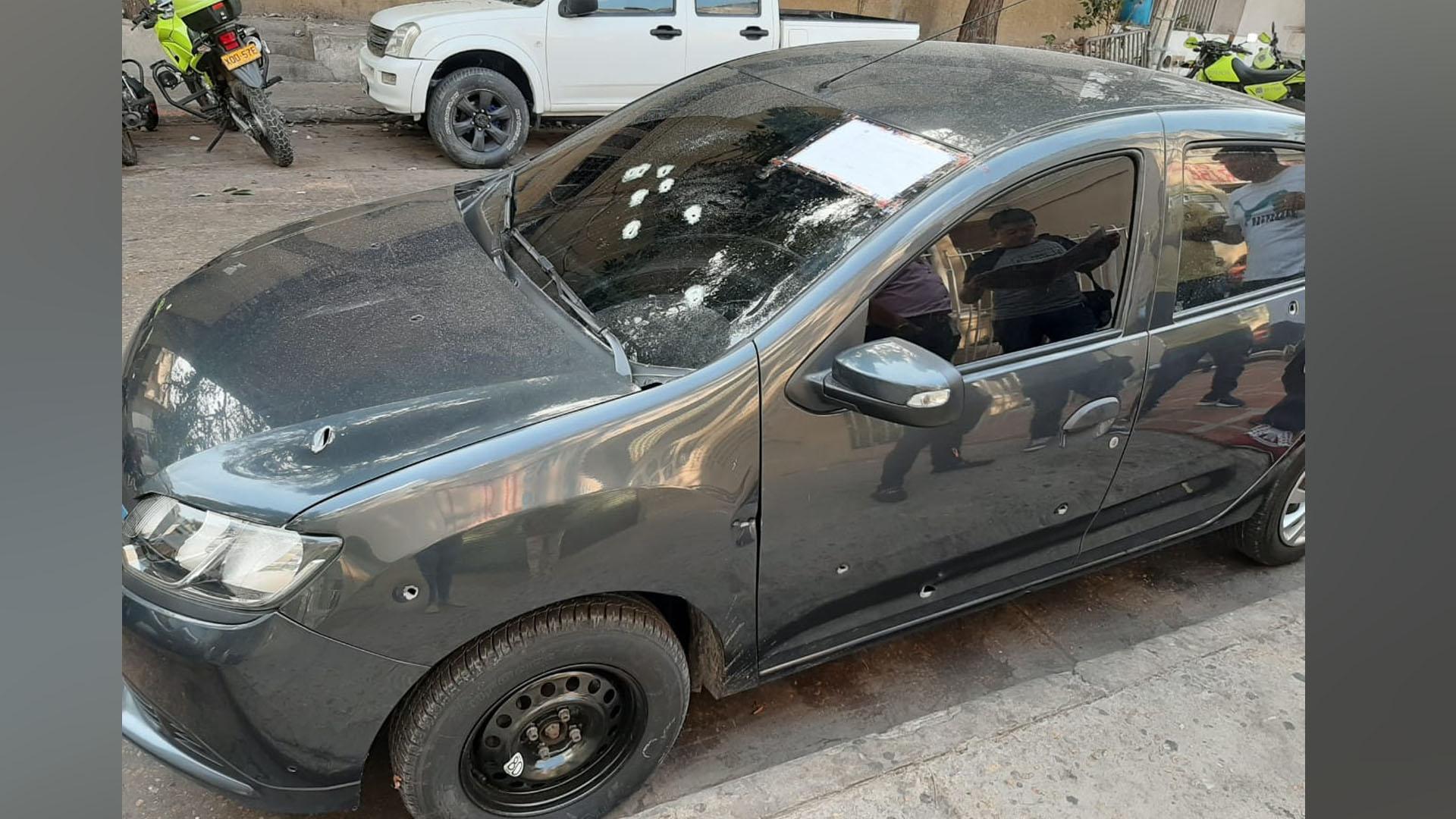El vehículo en el que se movilizaban los agentes de la Policía recibió varios tiros durante el enfrentamiento.