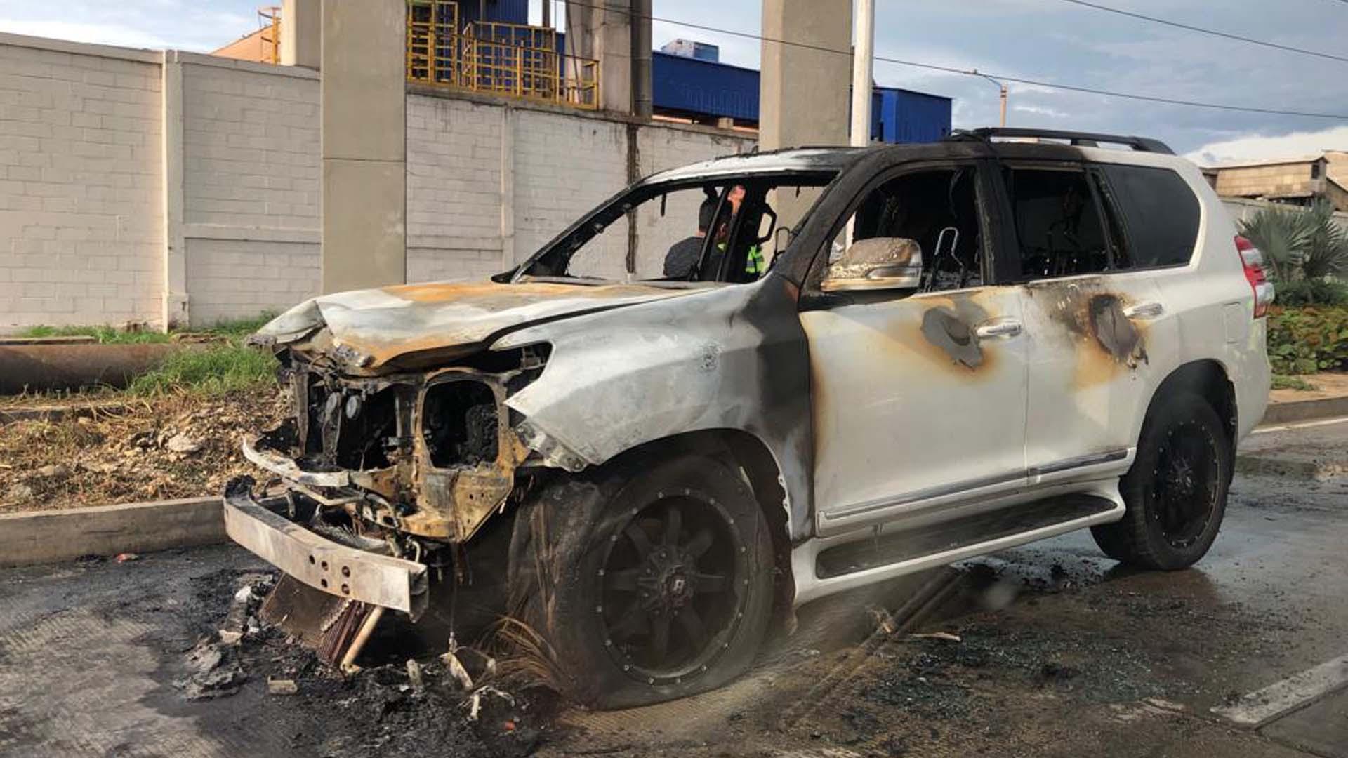 Así quedó el vehículo luego de que el incendio fuera controlado por una máquina de bomberos.