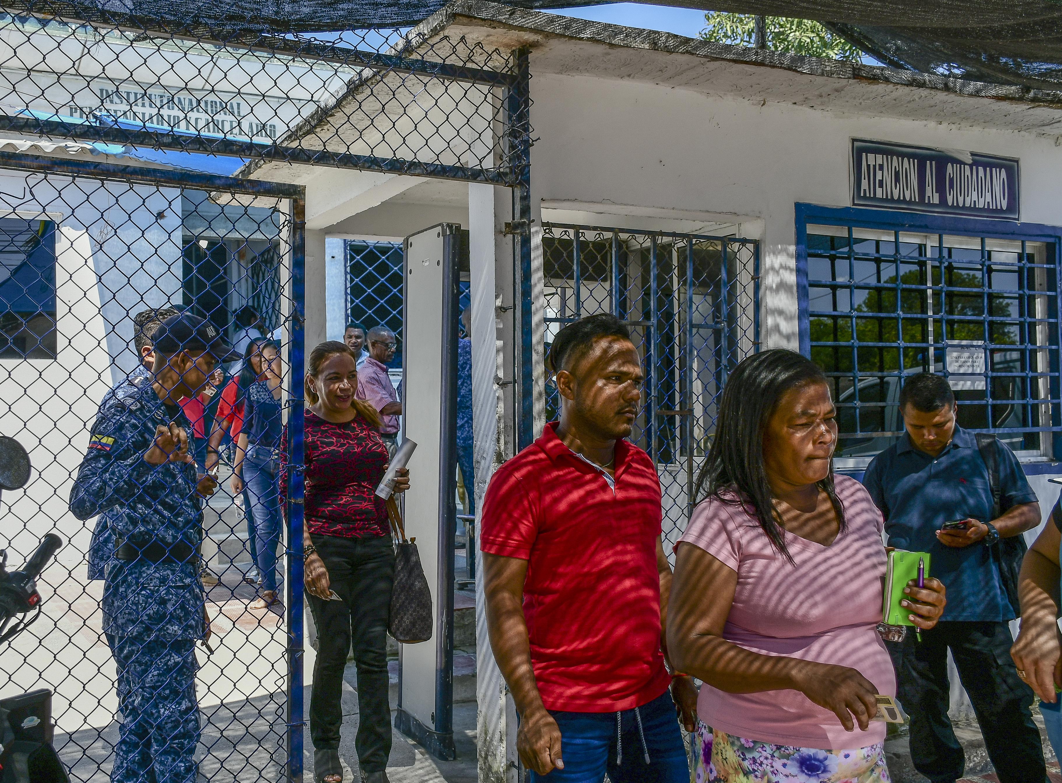 El grupo de representantes de víctimas a la salida del encuentro en la cárcel de Sabanalarga.
