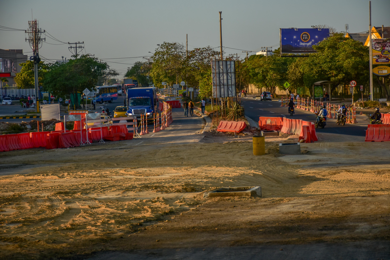 Vehículos utilizan el desvío autorizado en la zona.
