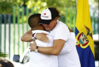 Carlos Vives llora mientras abraza a uno de los hijos de Alfredo Arango.