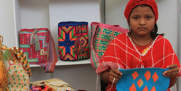 Durante el encierro, el principal oficio de  la mujer wayuu es tejer.