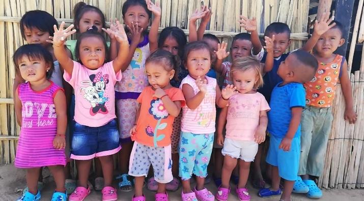 Los niños y niñas wayuu posan para la foto en la sede de la Unidad Comunitaria de Atención.