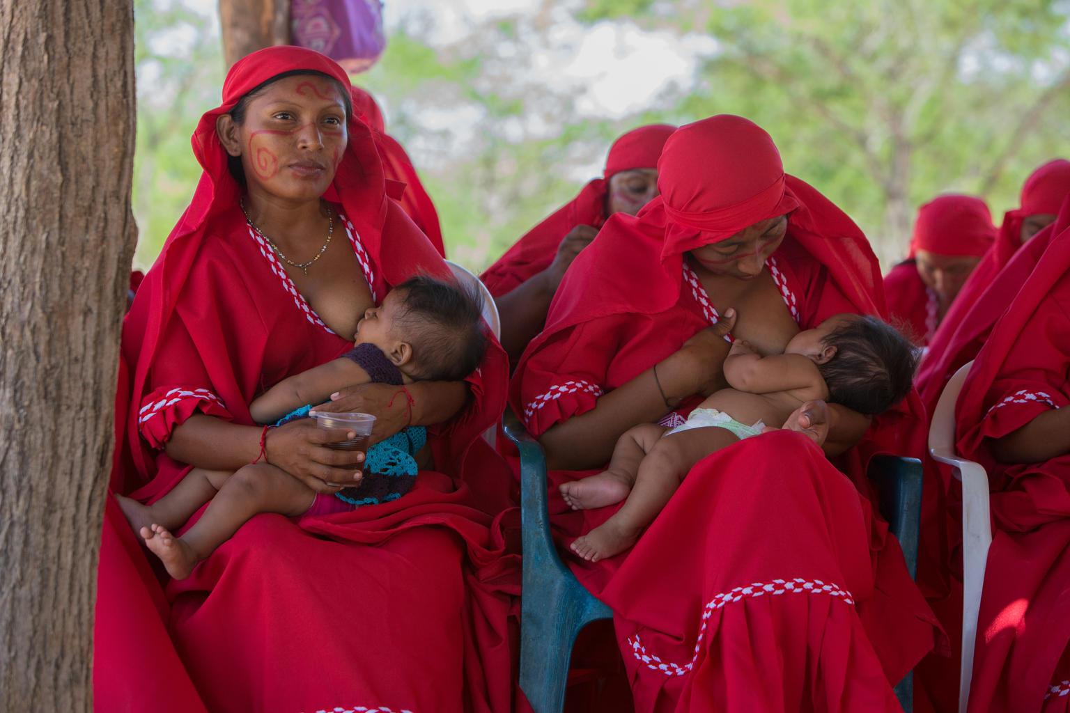 Las madres wayuu aprendieron que amamantar es clave para la buena nutrición de los niños.