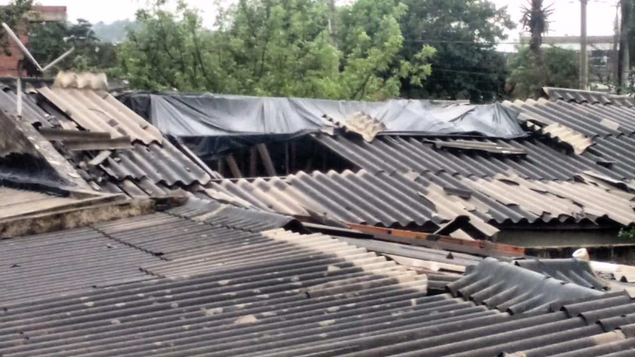 Algunas de las viviendas que quedaron sin techo tras las fuertes lluvias que se registraron este viernes.
