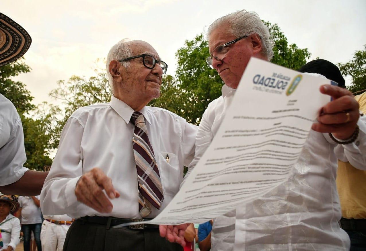 El maestro Rafael Campo Miranda recibió homenaje de manos del alcalde de Soledad Joao Herrera.