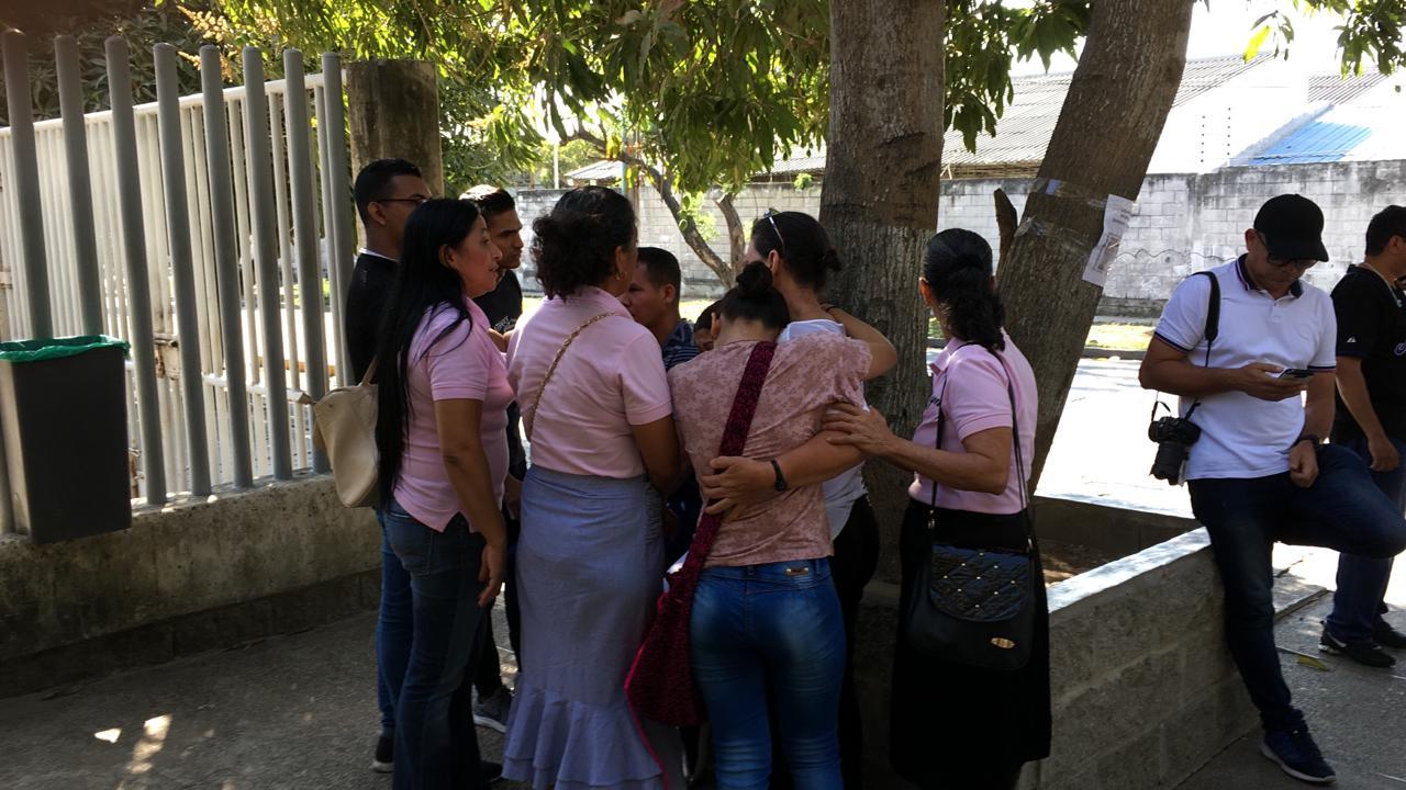 Familiares de Sandra Ricardo, en la sede de Medicina Legal.