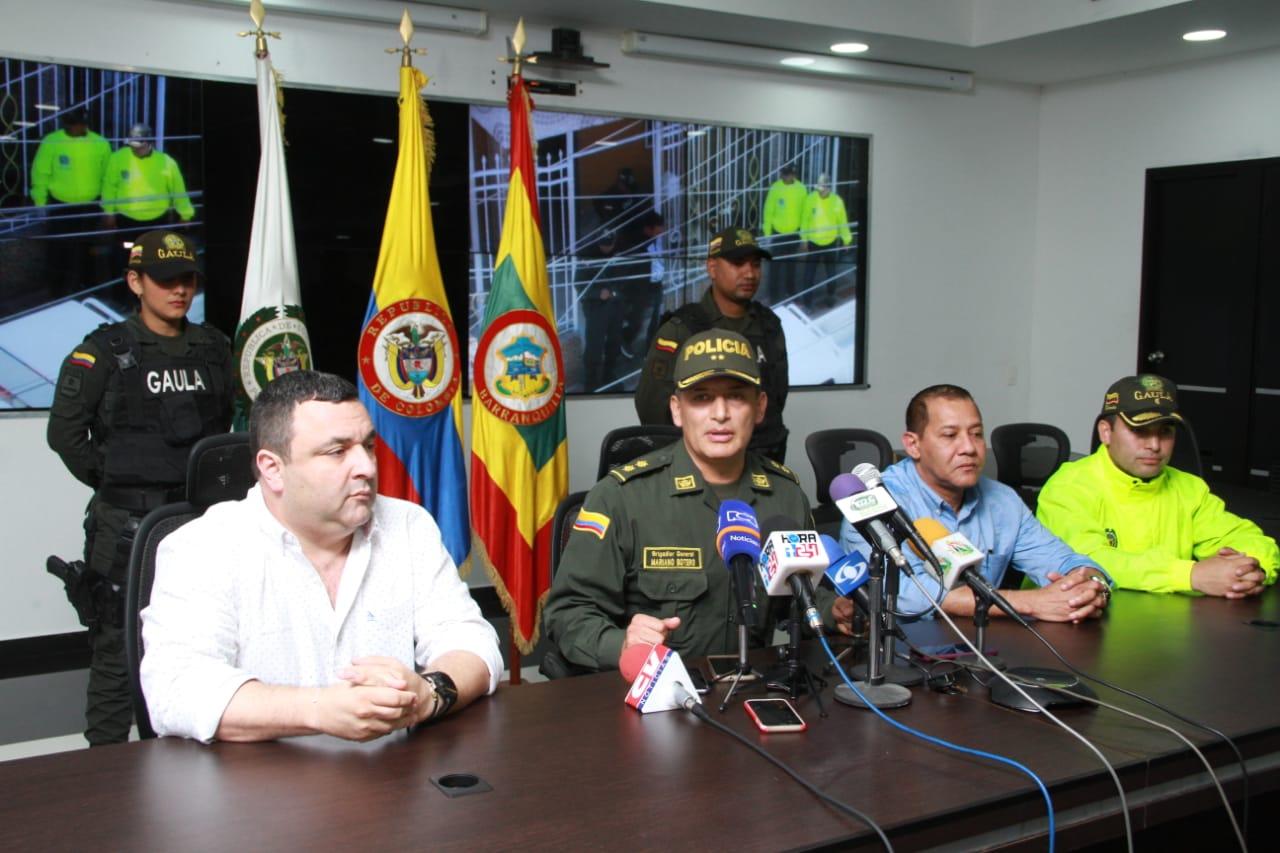 El jefe de la Oficina para la Seguridad y Convivencia Ciudadana, Yesid Turbay; el general Mariano Botero y Rodrigo Restrepo, fiscal encargado del caso, en la rueda de prensa de este lunes.